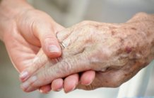 finger joint pain holding hands picture